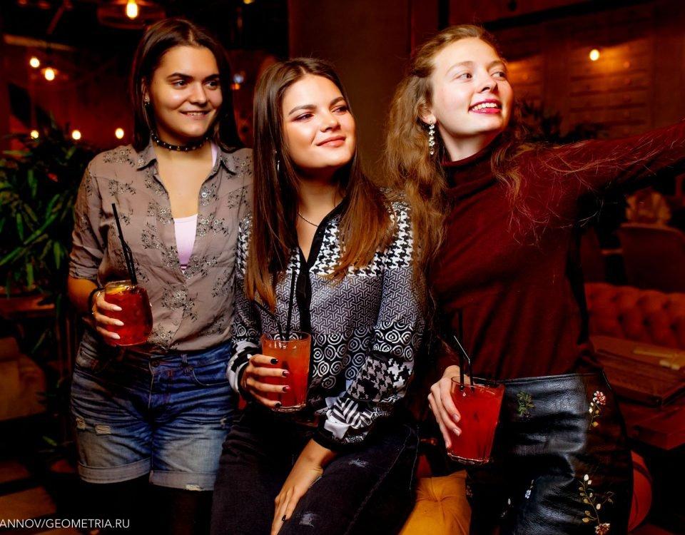 Девушки с бокалами в ресторане