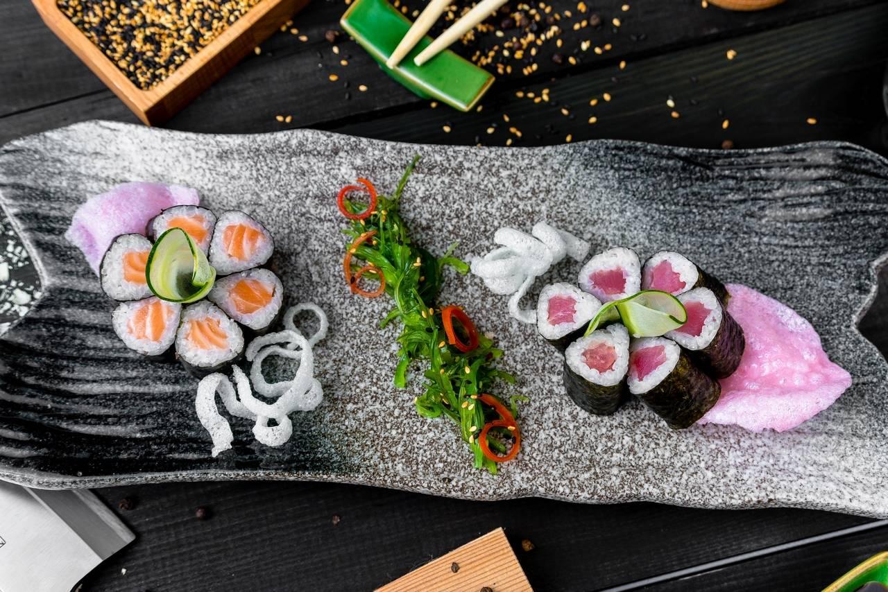 Ролл с лососем, тунцом и салатом чука (12 шт)