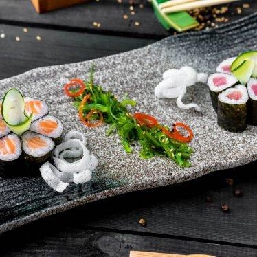 Ролл с лососем, тунцом и салатом чука