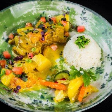 Курица карри с рисом и салатом с ананасом