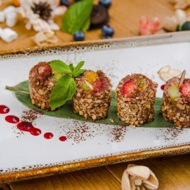Шоколадный рисовый пудинг с клубникой, киви и манго в миндальной стружке
