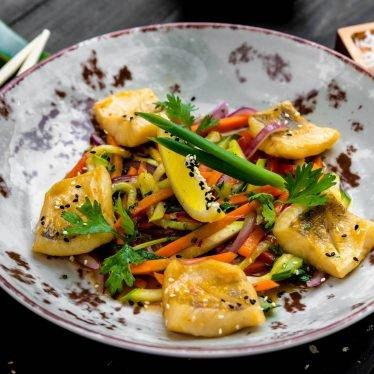 Судак с овощами в соусе Чань Юнь