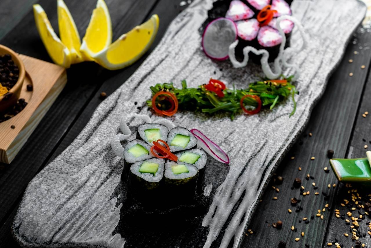 Ролл со сливочным сыром и икрой тобико, ролл с огурцом (12 шт)