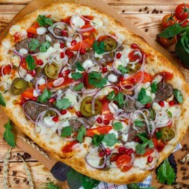 Римская пицца с кебабами из говядины и перцем холопеньо