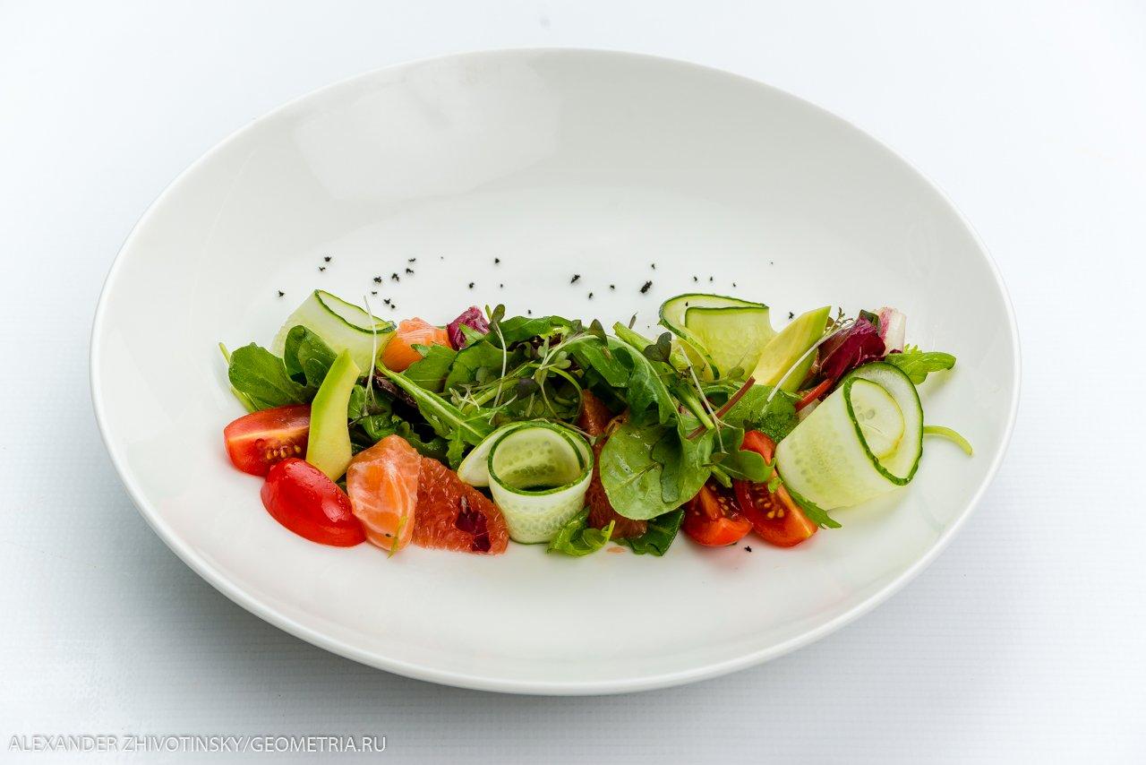 Легкий салат с лососем, грейпфрутом и апельсиновой заправкой