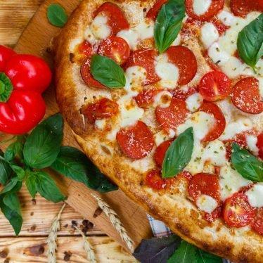 Римская пицца с пепперони и томатами черри