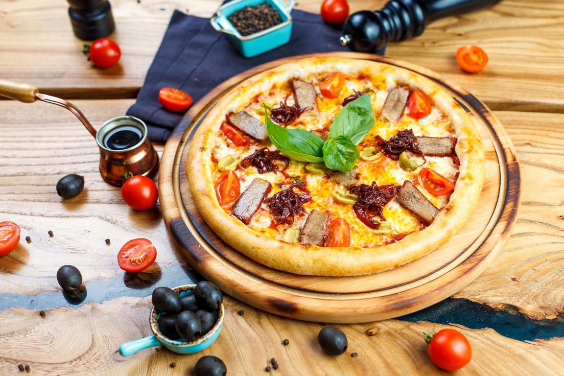 Пицца Свинина BBQ, сыр чеддер и карамельный лук