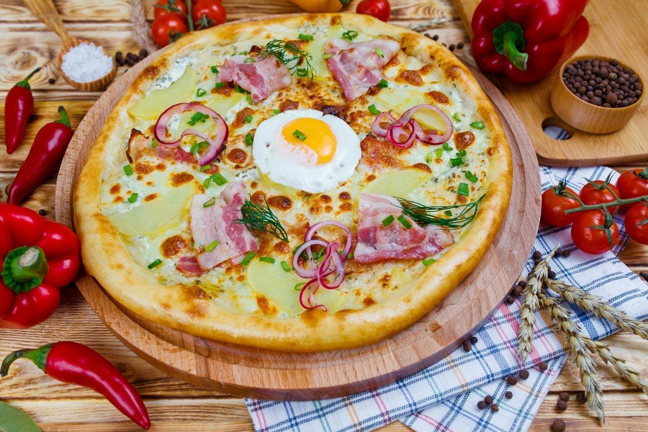 """Пицца """"Домашняя"""" с картофелем, беконом и яйцом"""