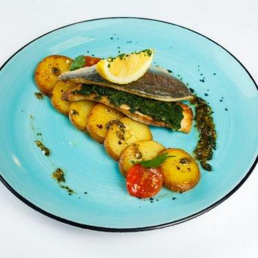 Филе дорадо на гриле, со шпинатом и запеченным картофелем