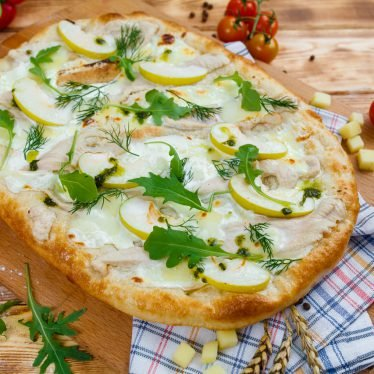 Римская пицца с индейкой, карамельным яблоком и маскарпоне