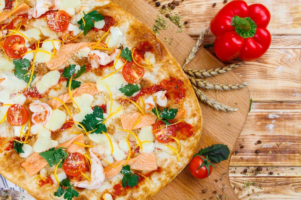 Римская пицца с подкопченной форелью и креветками