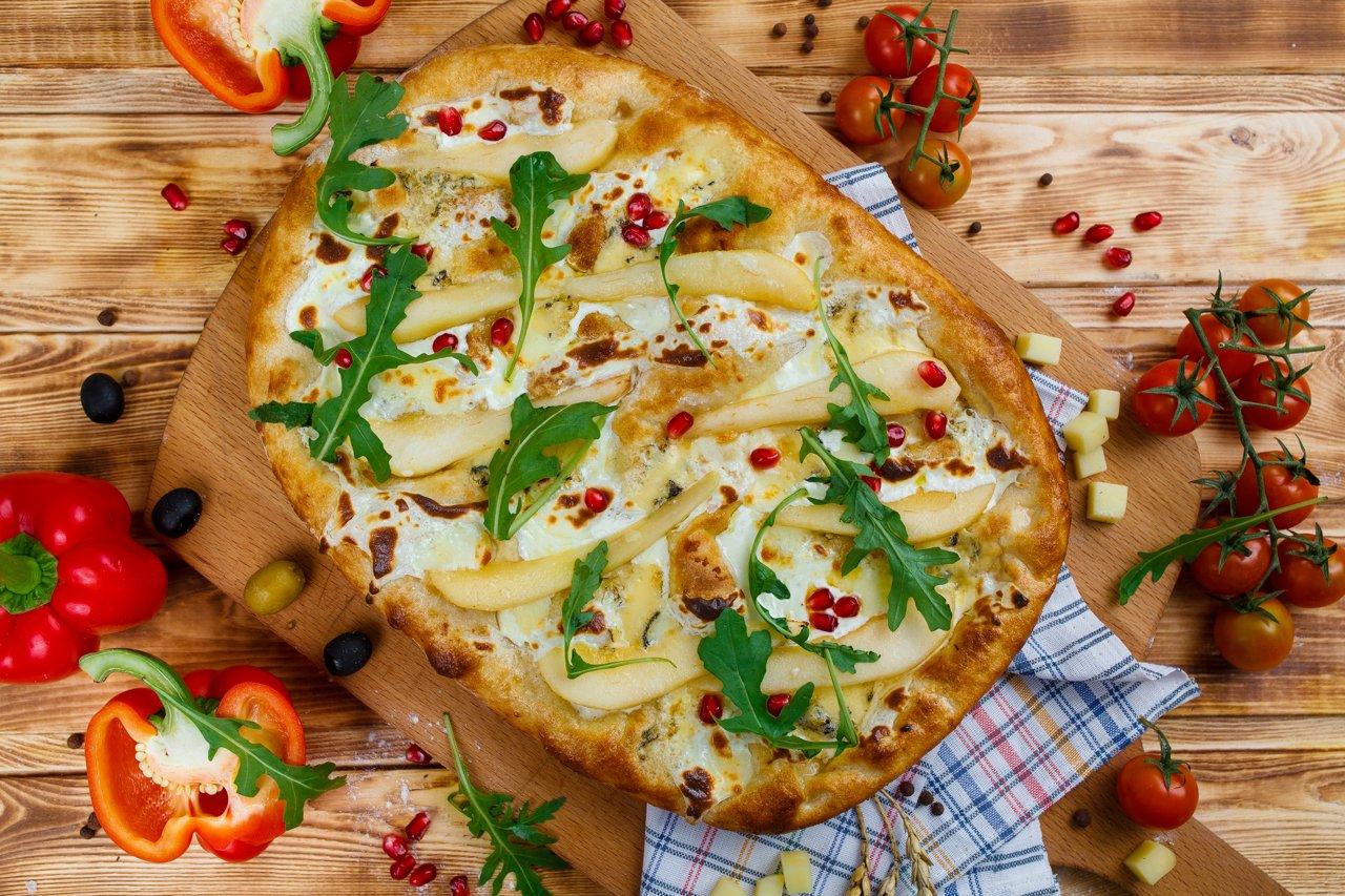 Римская пицца с маскарпоне и фламбированной грушей