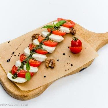 Классический капрезе с соусом песто и грецкими орехами