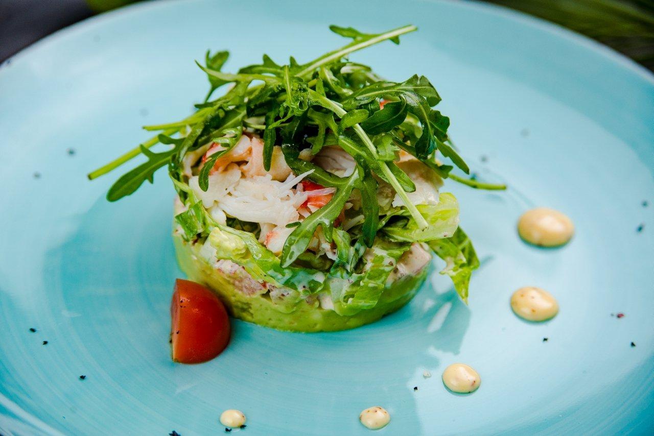 Салат с мясом краба на подушке из авокадо