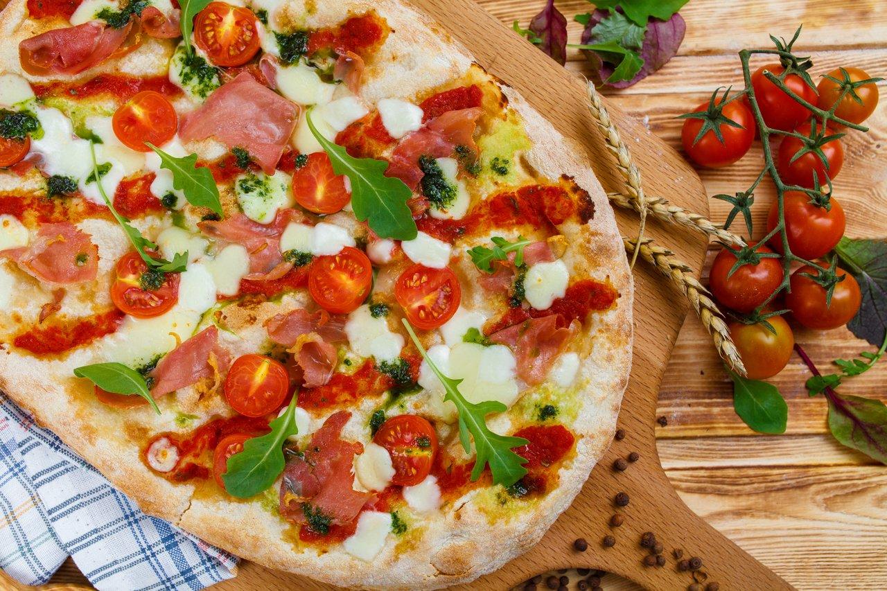 Римская пицца с пармским окороком, томатами и рукколой