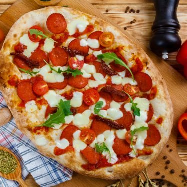 Римская пицца с салями милано и вялеными томатами