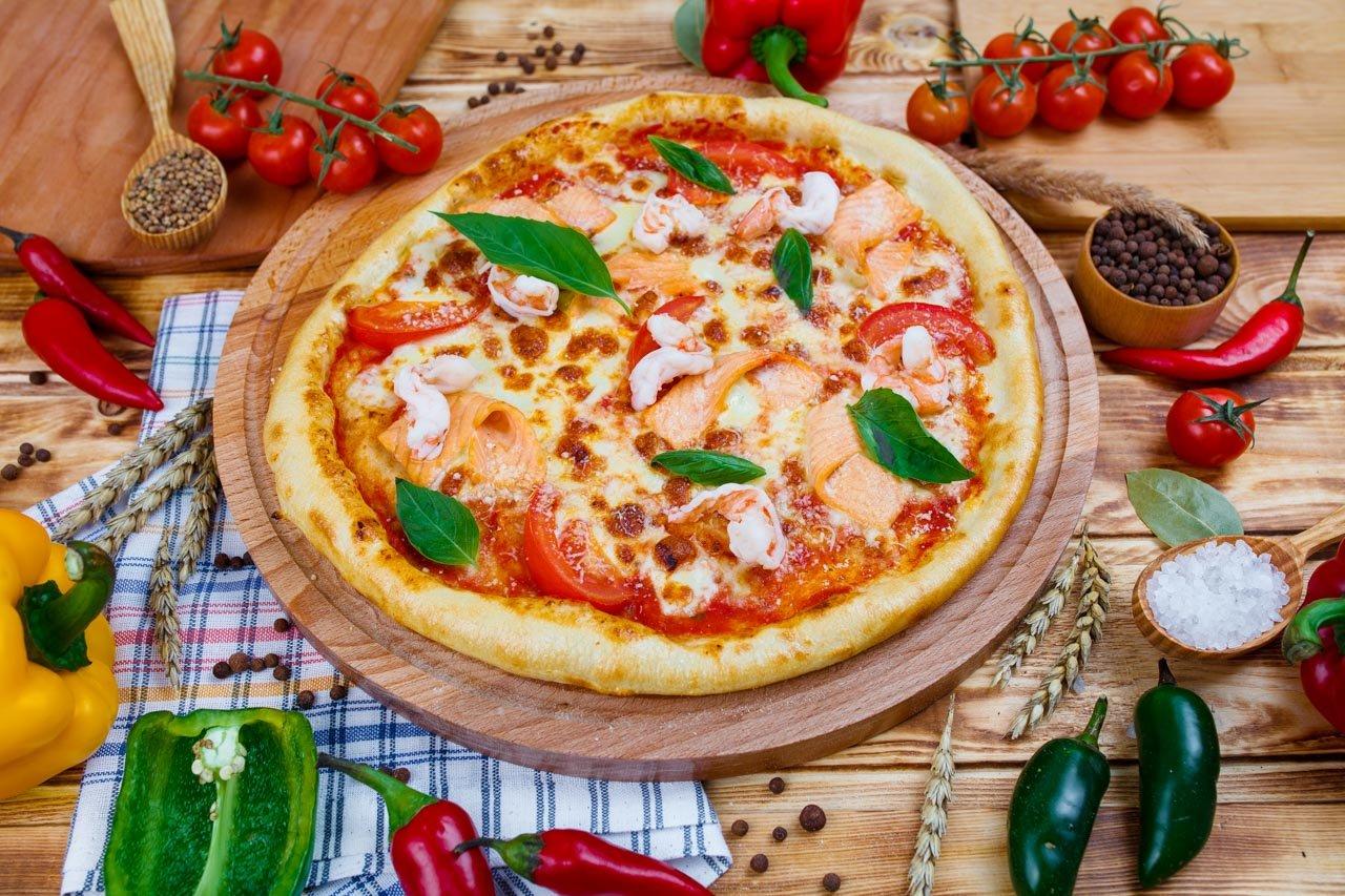 Пицца с лососем и креветками