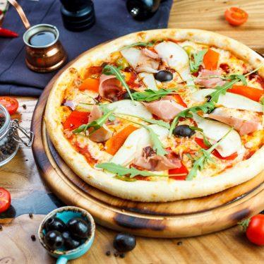 Пицца с пармским окороком, грушей и рукколой