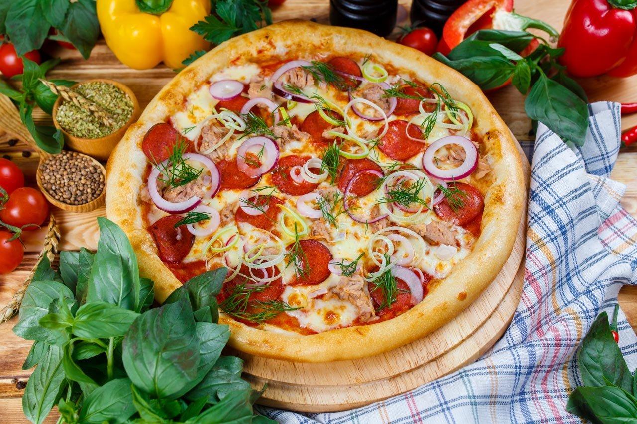 Пицца с тунцом, пепперони и красным луком