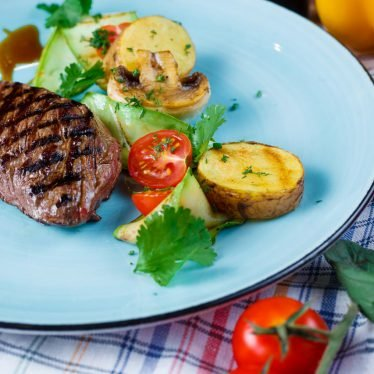 Стейк из мяса страуса с овощами гриль,малиновым соусом