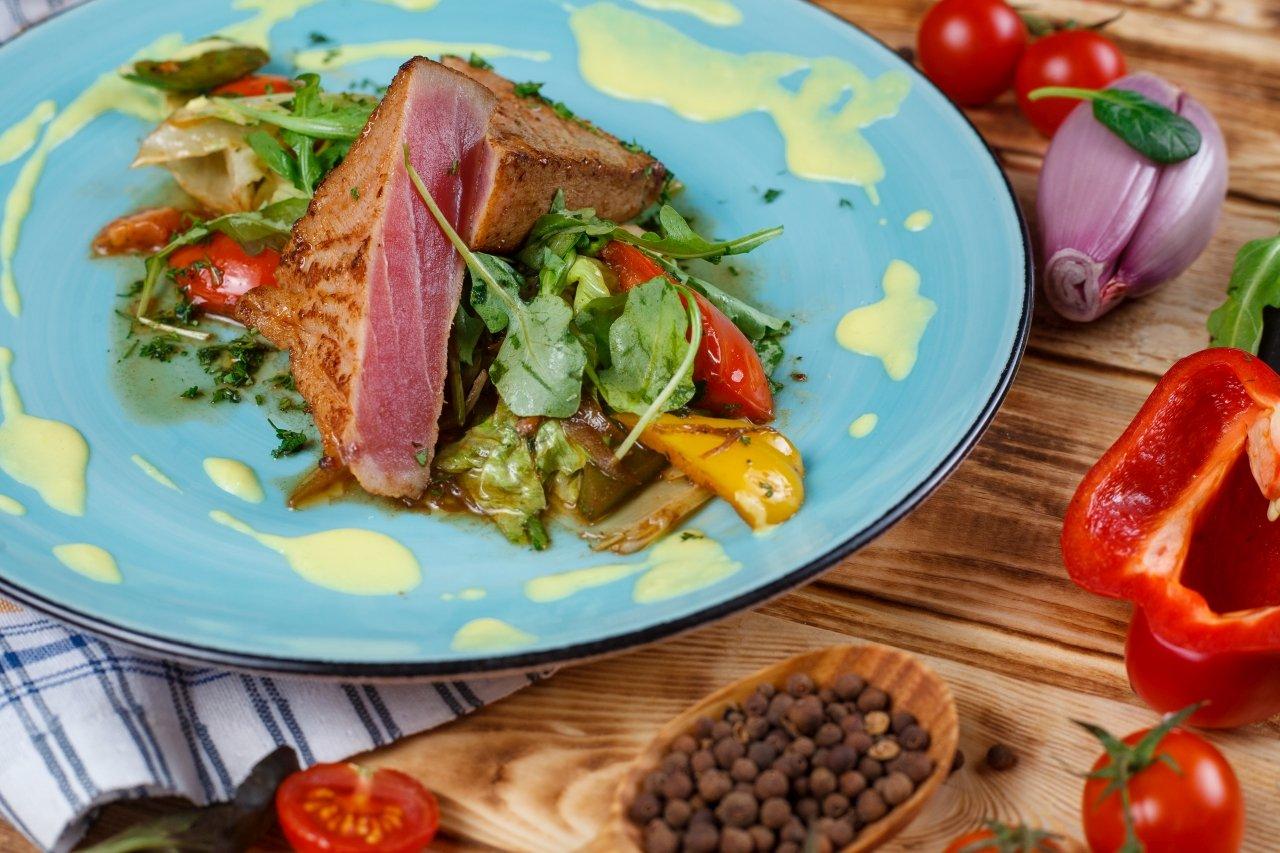 Стейк из тунца с овощным салатом
