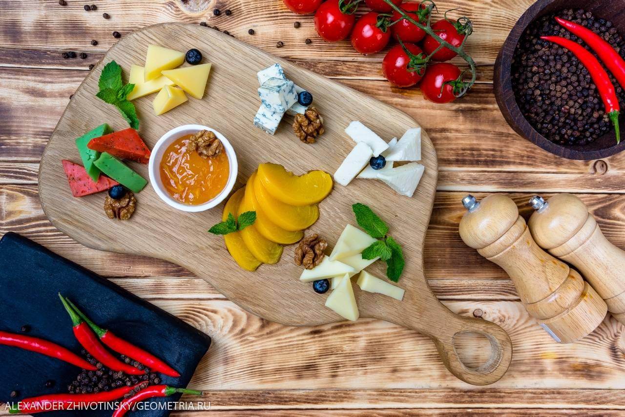 Ассорти молодых сыров с джемом и фруктами