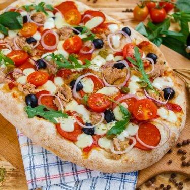 Римская пицца с тунцом, пепперони и красным луком