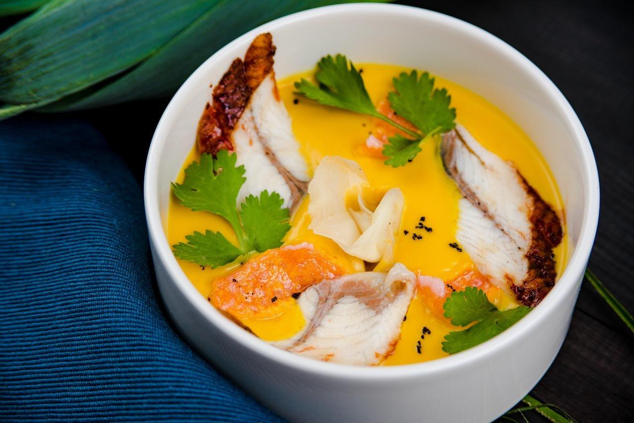 Тыквенный суп с имбирем и жареным угрем