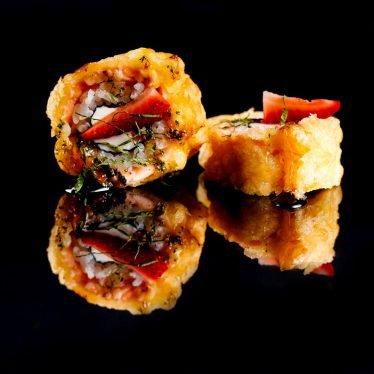 Ролл филадельфия темпура с клубникой и ореховым соусом