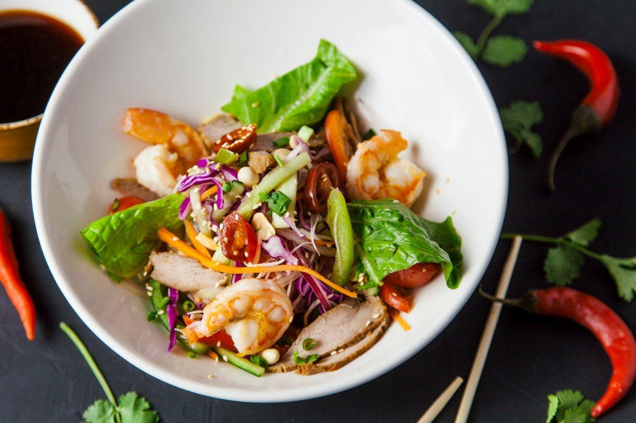 Салат со свининой и креветкой