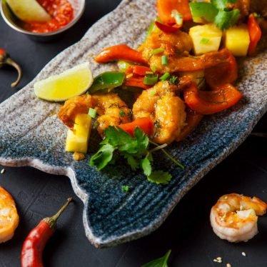 Тигровые креветки в кисло-остром соусе с овощами