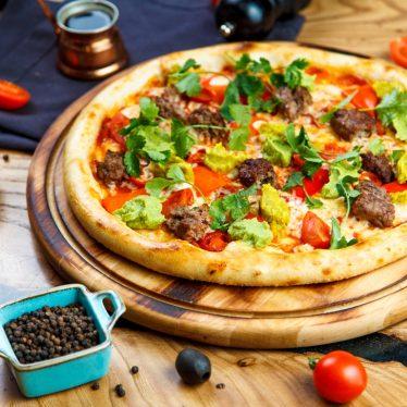 Пицца с кебабами и хумусом