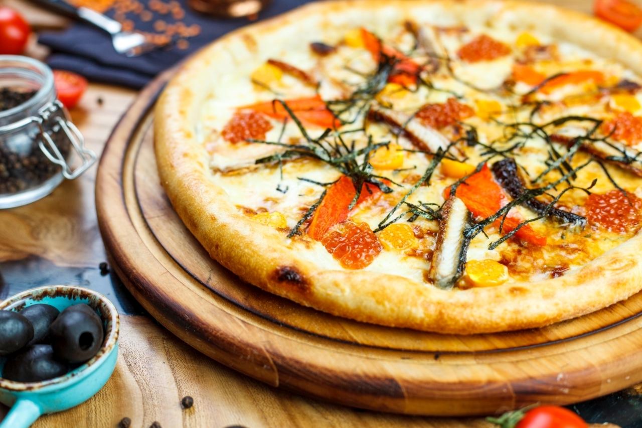 Пицца с угрем, нори и красной икрой