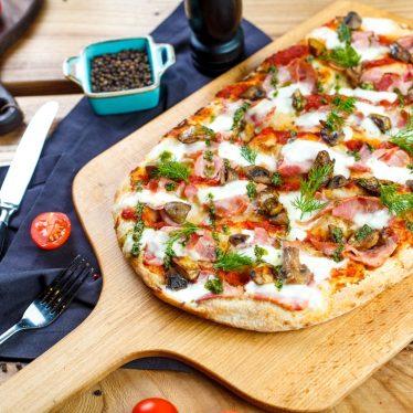 Римская пицца с ветчиной, грибами и соусом песто