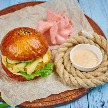 Фиш-бургер с авокадо, манго и креветочными чипсами