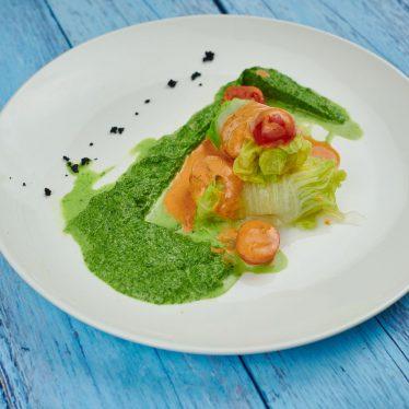 Голубцы из палтуса с пюре из зеленого горошка и сливочно-томатным соусом
