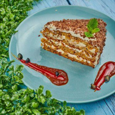 Морковный торт с карамельным топингом и вишневым соусом