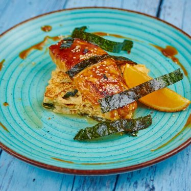 Палтус под мисо соусом с тамаго, вакаме и тофу