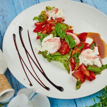 Салат из бакинских томатов с клубникой и страчателлой