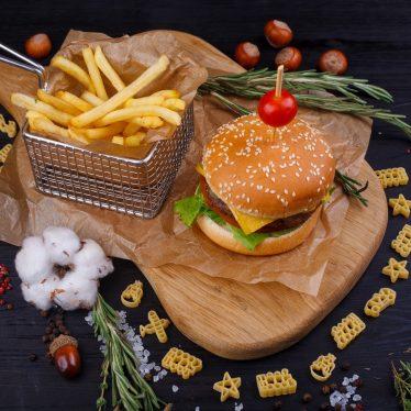 Бургер с говядиной и картофель фри