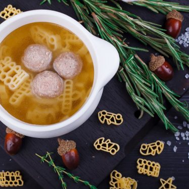 Куриный бульон с макаронами и фрикадельками