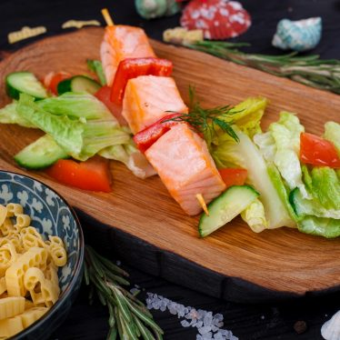 Шашлык из лосося с овощным салатом