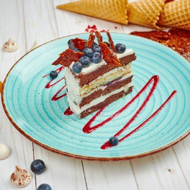 Торт с черникой и сметанным кремом