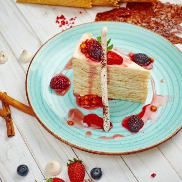 Торт блинный с ягодным соусом
