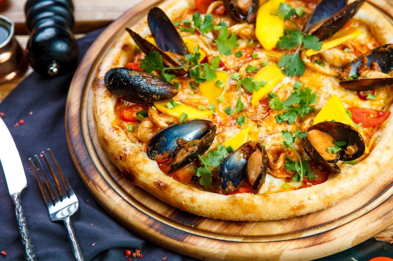 Пицца классич. с морепродуктами и соусом том ям