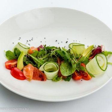 Легкий салат с лососем,грейпфрутом и апельсиновой заправкой.