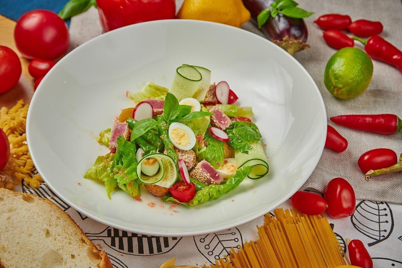 Салат с тунцом в кунжуте.