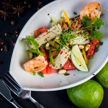 Салат с грейпфрутом, кальмарами и креветками