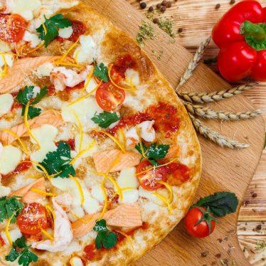 Римская пицца форель подкопченная и тигровые креветки 35см.
