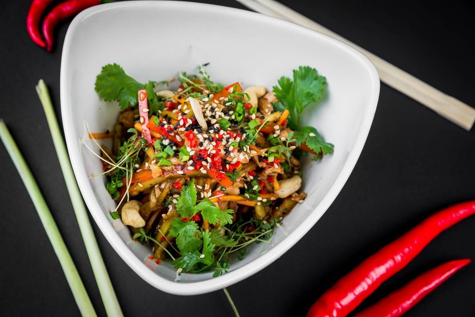 Салат с курицей по-Сычуаньски